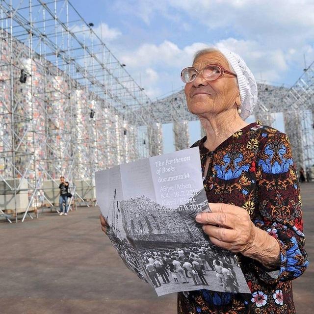 """""""Độc hành"""" Việt Nam và hàng chục quốc gia, cụ bà 91 tuổi """"gây bão mạng"""""""
