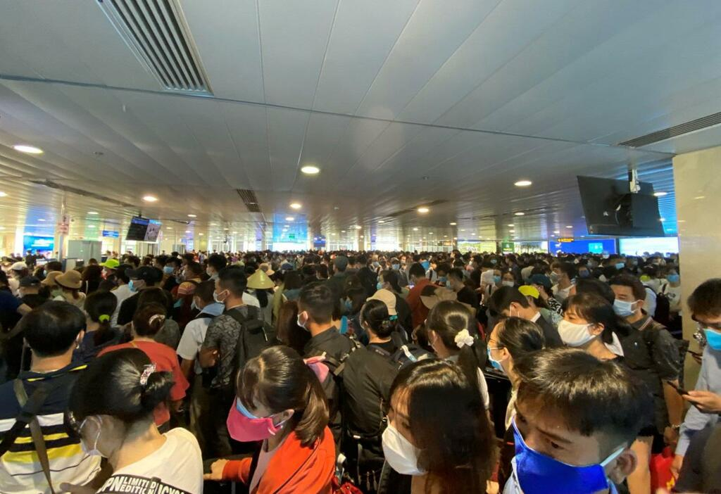 """Khách đi máy bay tăng cao """"đột biến"""" tại sân bay Tân Sơn Nhất"""