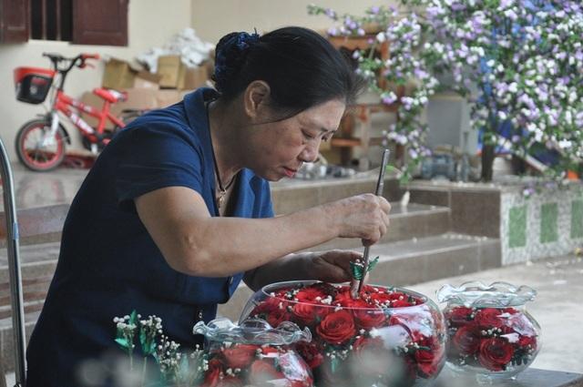 """Khởi nghiệp 50 tuổi, nữ giúp việc trở thành chủ cơ sở """"hoa bất tử"""""""