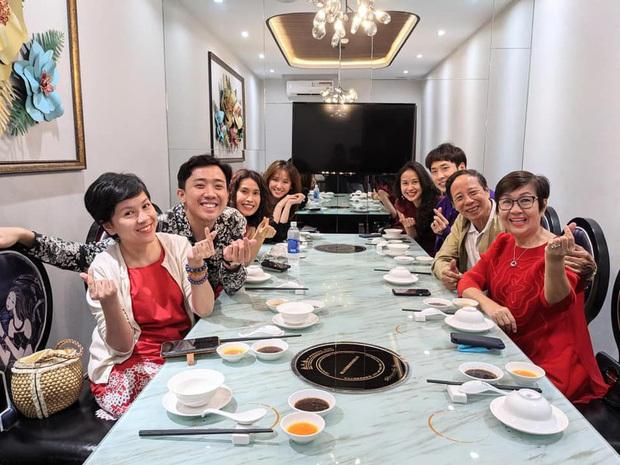 """Trấn Thành – Hari Won dắt """"con trai"""" đi ăn cùng gia đình ngày 8/3, nhìn bàn tiệc toàn thố bào ngư và tôm hùm mà muốn """"xỉu ngang"""""""