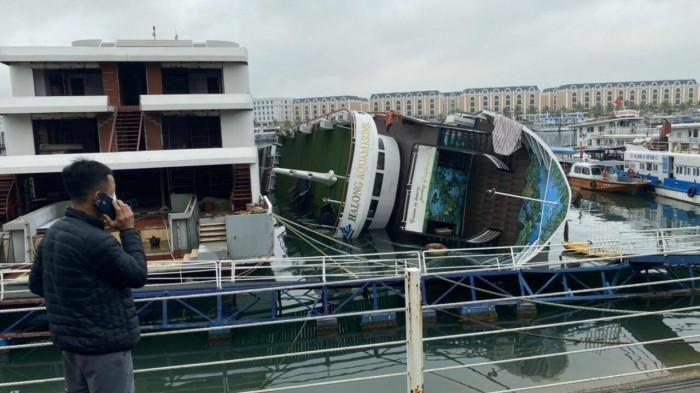 Tàu du lịch đang neo đậu, bất ngờ lật nghiêng trên vịnh Hạ Long