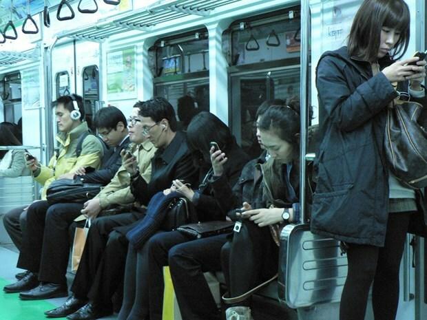 Người Hàn Quốc ngày càng phụ thuộc vào điện thoại thông minh