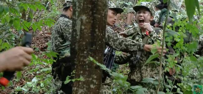 Sao nhập ngũ: Mũi trưởng Long khiến fan xuýt xoa khi dọn đường, đưa tay đỡ Thúy Hậu cực ga lăng lúc hành quân