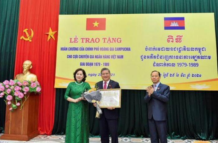 Cán bộ ngân hàng nhận Huân chương, Bằng khen của Hoàng gia Campuchia
