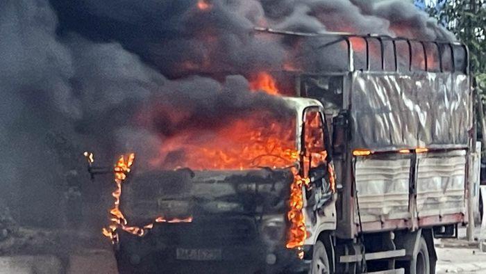 Xe tải chở bật lửa bốc cháy dữ dội trên QL18 ở Hải Dương