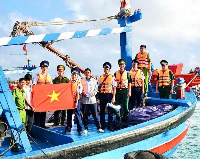 Tuyên truyền về tác hại của ma túy và tặng cờ Tổ quốc cho ngư dân