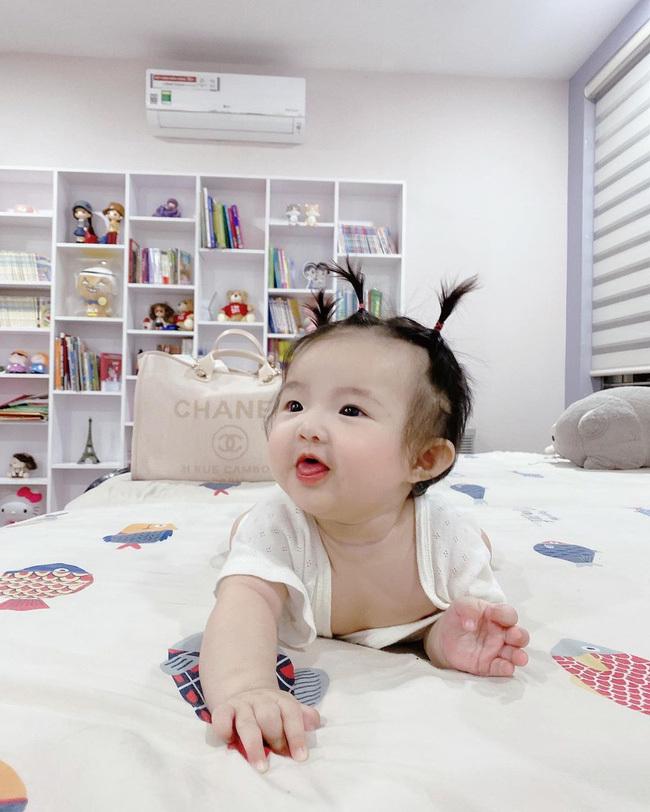 Hiếm lắm mới thấy con gái Đông Nhi cười tươi khi chụp ảnh, cực xinh xắn nhưng cũng lém lỉnh không kém