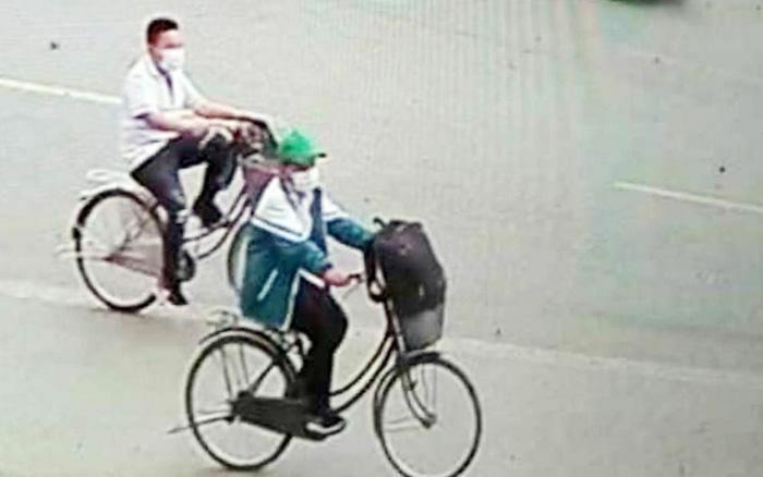 """Cậu bé 11 tuổi đạp xe 140km vào Thanh Hóa: """"Lúc chia tay, 2 bà cháu ôm nhau khóc, thương quá!"""""""