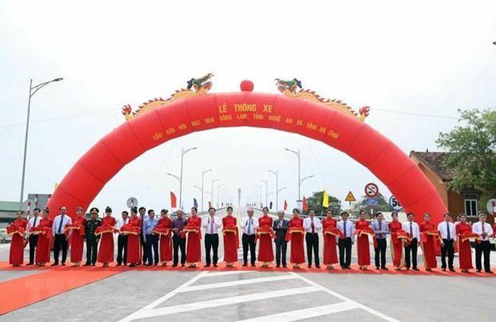 Thông xe cầu Cửa Hội bắc qua Sông Lam nối tỉnh Nghệ An và Hà Tĩnh