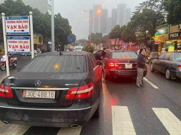 Tạm giữ hai xe sang Mercedes cùng biển kiểm soát tại Hà Nội