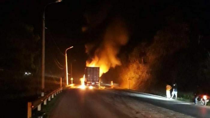Xe container bốc cháy dữ dội sau cú đâm dải phân cách QL18 lúc rạng sáng