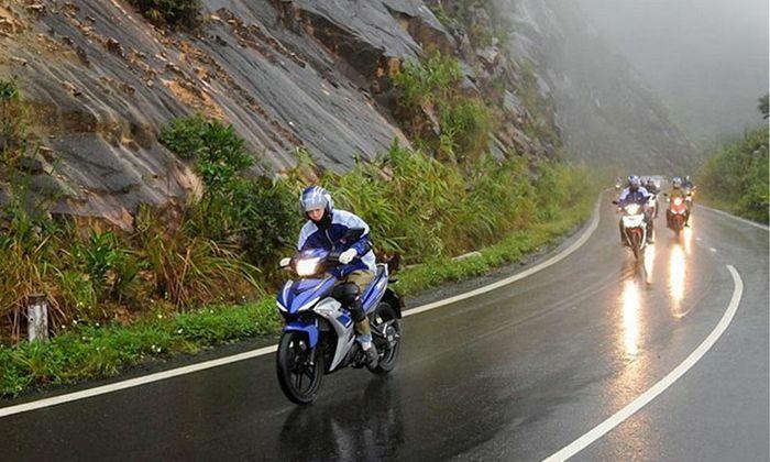 Thay nhớt cho xe máy vào mùa mưa cần lưu ý gì?