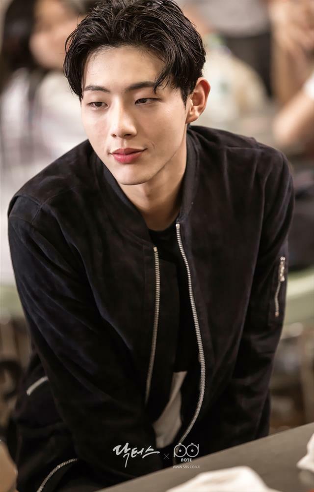 Kim Ji Soo bị tố là trùm sỏ bạo lực học đường, chuyên nã súng vào bạn