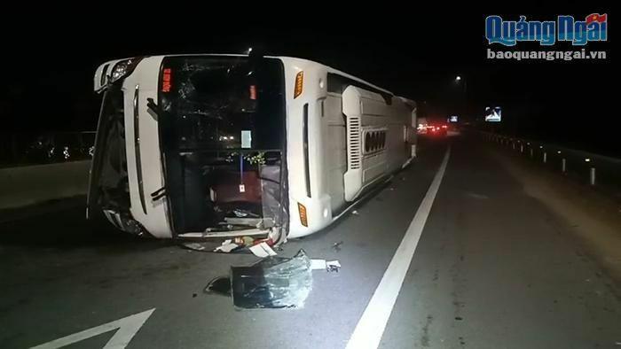 Xe chở công nhân bị lật, 5 người bị thương