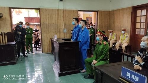 """Nhóm người bắn vào xe """"thánh chửi"""" Dương Minh Tuyền lĩnh án 69 tháng tù"""