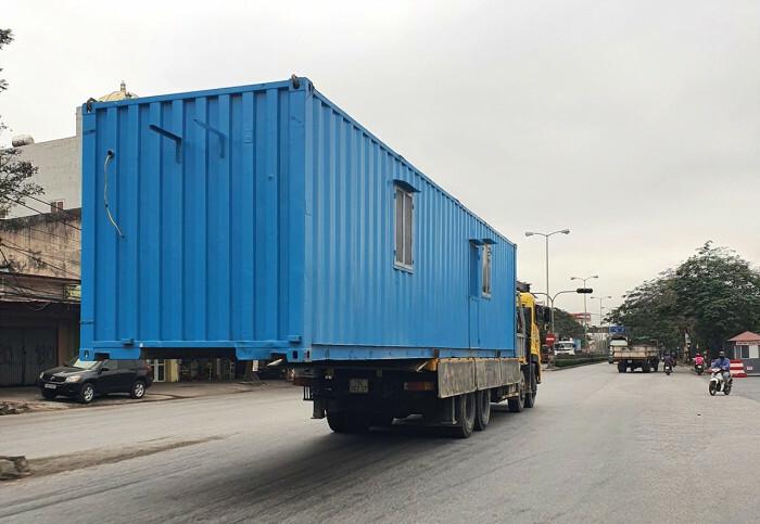 """Kinh hãi container """"lơ lửng"""" giữa đường"""