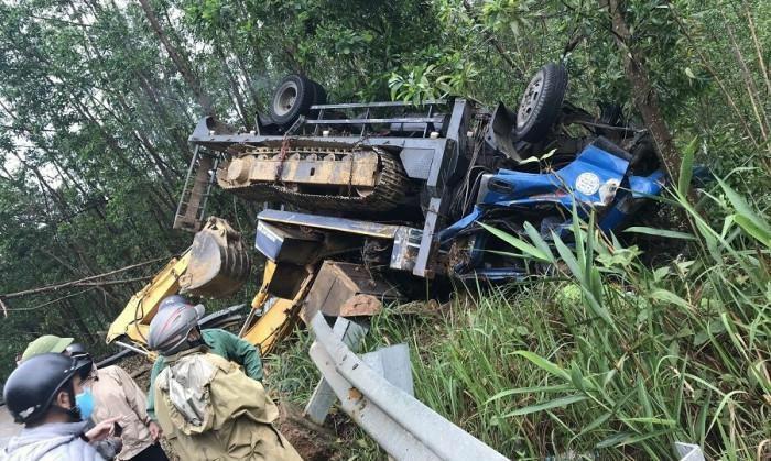Ô tô chở xe máy múc lật ngửa trên QL49, tài xế tử vong