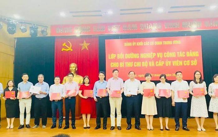 Bế giảng lớp bồi dưỡng nghiệp vụ công tác đảng