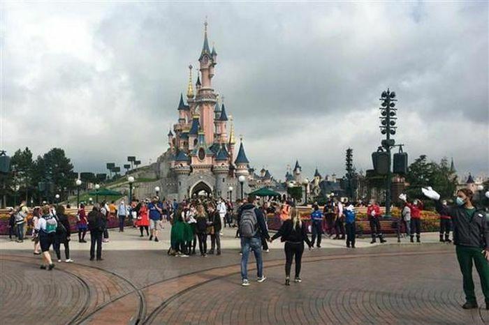 Pháp tiếp tục hoãn mở cửa trở lại công viên Disneyland Paris