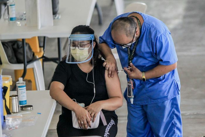 """Tổng thống Philippines lệnh điều tra 9 thị trưởng """"chen ngang"""" tiêm vaccine trước"""