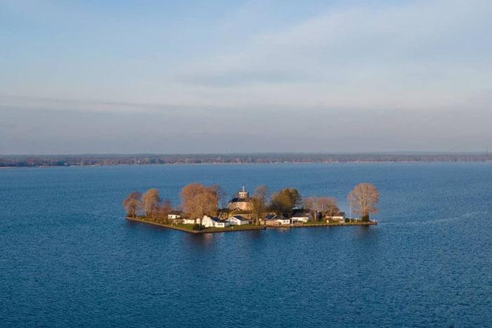 Hòn đảo hình chữ nhật như tranh vẽ, từng là pháo đài quân sự