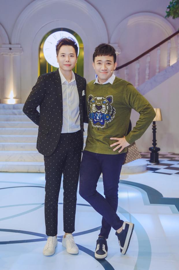 """Bạn thân Trấn Thành đăng bài """"bóc phốt"""" vì gặp sự cố ở sân bay, netizen chỉ chú ý chiếc thẻ quyền lực vô tình bị lộ"""
