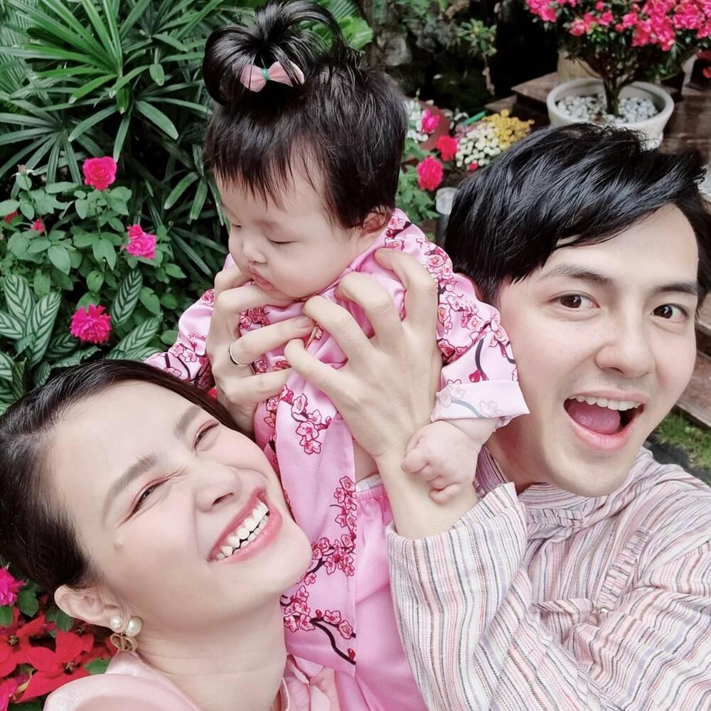 """Đông Nhi khoe ảnh chồng và con gái đều chăm chú """"nghiên cứu công việc"""""""