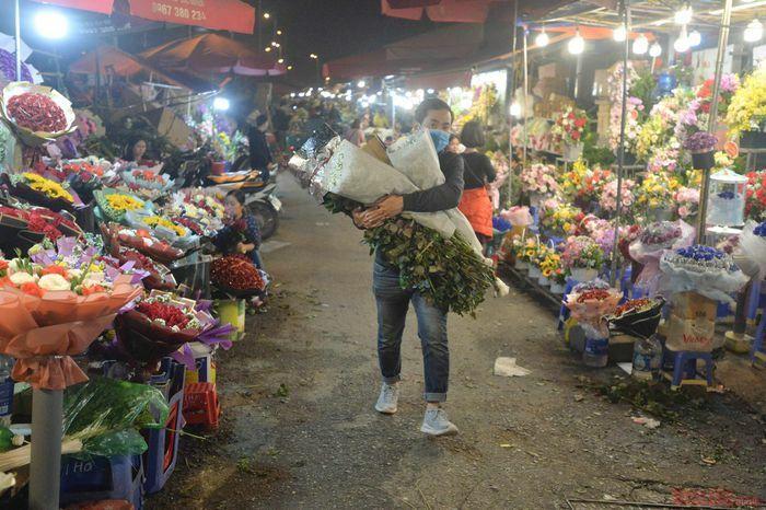 Chợ hoa nức tiếng Hà Thành nhộn nhịp trước ngày 8-3