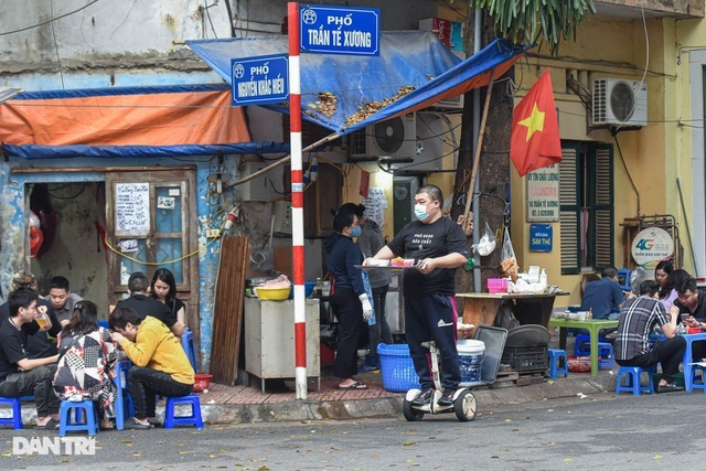 """Quán phở Hà Nội ngày bán trăm bát nhờ màn giao hàng """"có một không hai"""""""