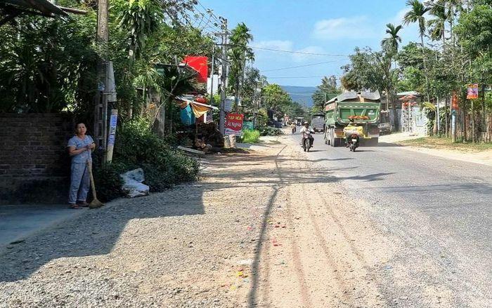 Quảng Nam: Xe quá tải lộng hành trên đường dân sinh