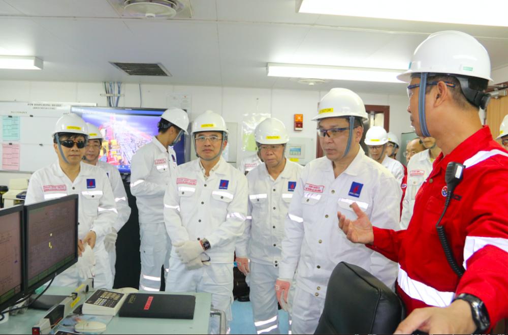 Đoàn công tác Bộ Công Thương: Thăm, động viên cán bộ, nhân viên làm việc tại Giàn khoan mỏ Rạng Đông