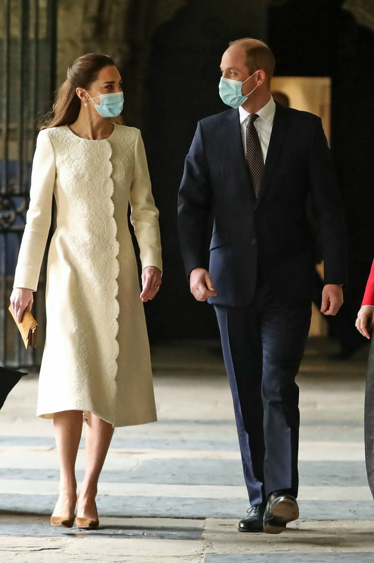 Trở lại lễ đường của 10 năm trước, Công nương Kate diện bộ đầm trắng nền nã nhưng bóc giá thì ai cũng giật mình