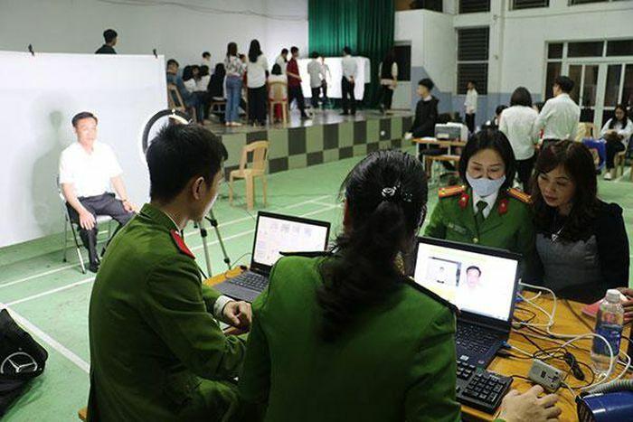 Những nữ Cảnh sát xuyên đêm làm Căn cước công dân lưu động ở Thành Vinh