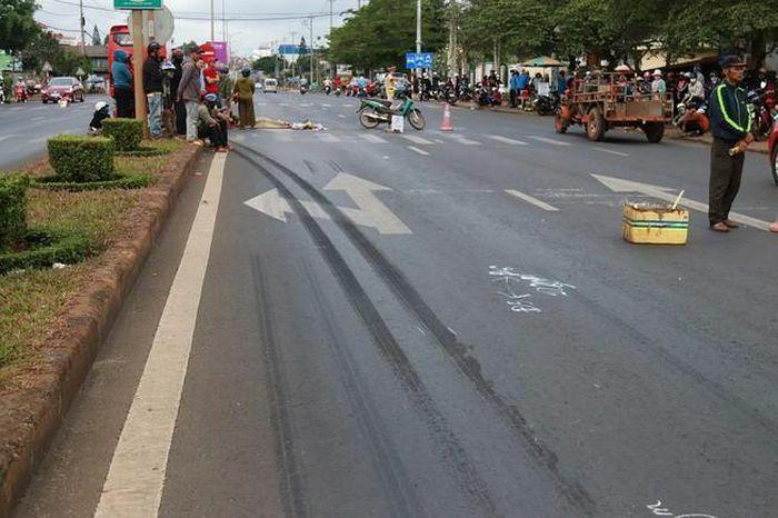 Xe khách tông xe máy, 3 người thương vong