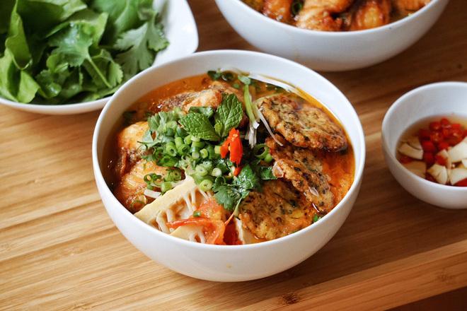 """Chàng du học sinh """"phá đảo"""" hội Yêu Bếp bằng loạt món Việt, luôn bị nhầm là con gái vì nấu ăn ngon"""