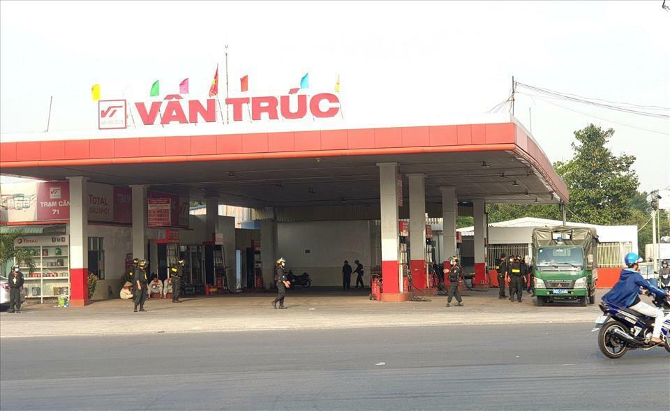 Vì sao 2 cây xăng Vân Trúc bị cảnh sát bao vây?