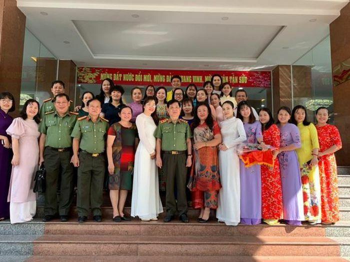 Thứ trưởng Nguyễn Văn Sơn chúc mừng các nữ cán bộ Nhà khách Phương Nam nhân ngày 8/3