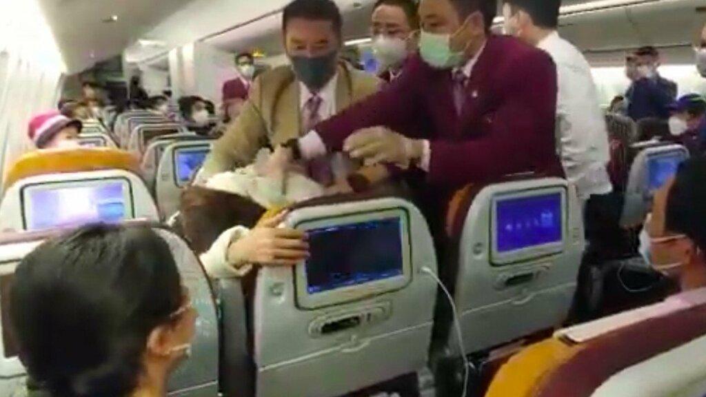 TQ: Cãi nhau chuyện dùng nhà vệ sinh, phi công bị đánh gãy răng khi đang bay giữa trời