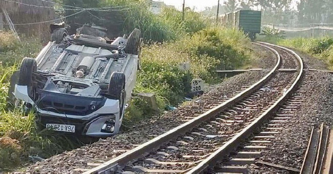 Vụ tàu hỏa tông ô tô khiến bé trai 2 tuổi tử vong: Nữ nhân viên đường sắt quên kéo gác chắn đang nghỉ việc để điều trị tâm lý