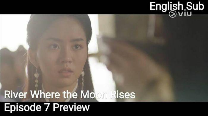 """""""Sông đón trăng lên"""": Bị Choi Yu Hwa chơi xấu, Kim So Hyun trở thành """"cô bé chăn cừu"""" trước quần thần"""