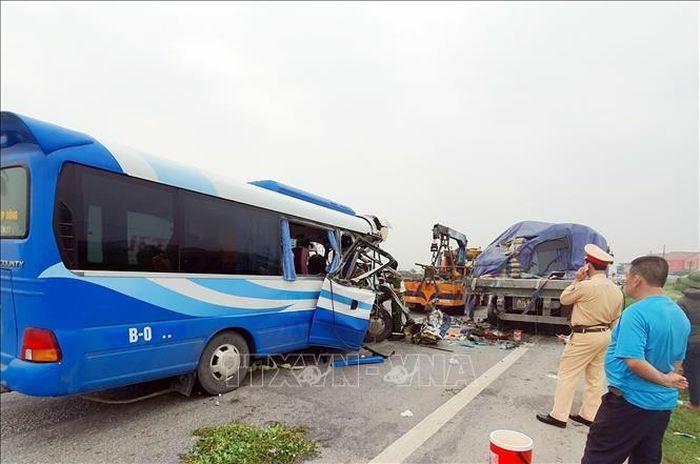 Xe khách đâm vào xe đầu kéo khiến 1 người chết, khoảng 20 người bị thương