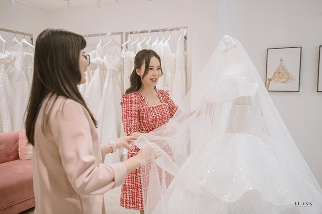 Ca sĩ Mỹ Ngọc diện váy cưới đính kim cương gần 1 tỉ đồng trong hôn lễ với chồng đại gia