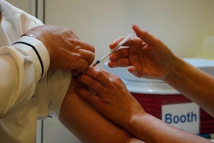 Một người ở Hong Kong bị liệt mặt sau khi tiêm vaccine của Trung Quốc