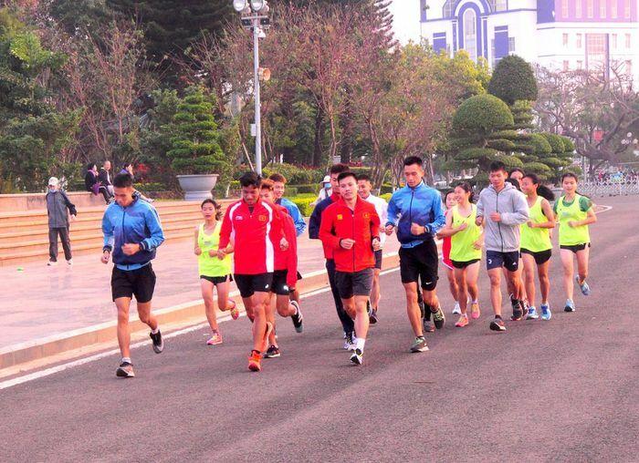 Bốn đoàn đầu tiên đến phố núi Pleiku chuẩn bị tranh tài Tiền Phong Marathon