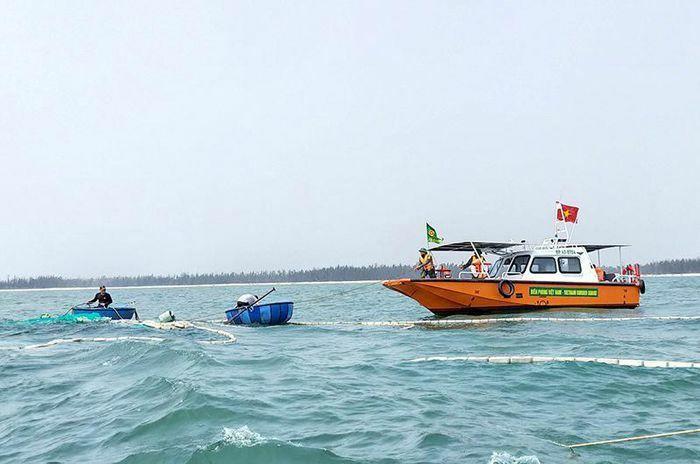 Khẩn trương trục vớt tàu cá bị chìm trên biển
