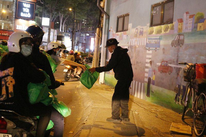 Đêm Sài Gòn thời Covid-19: San sẻ yêu thương
