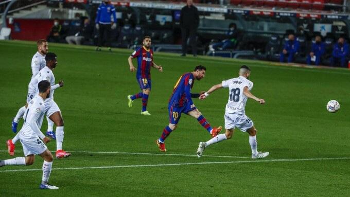 Messi lập cú đúp giúp Barca rút ngắn khoảng cách với đội đầu bảng
