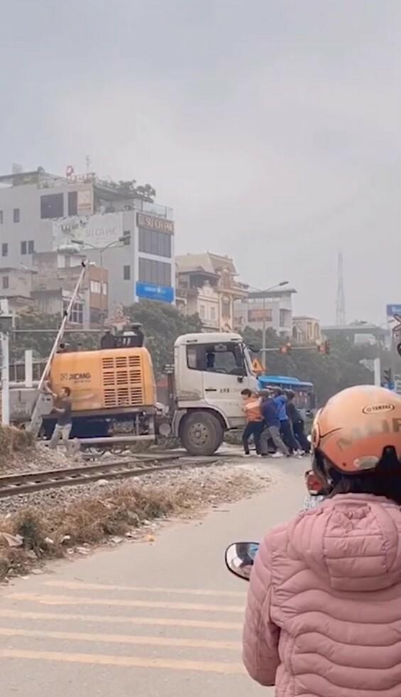 8 người đàn ông đẩy xe tải 5 tấn khỏi đường tàu để cứu tài xế