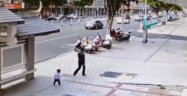 Mẹ kiên quyết bỏ đi khi con trai 2 tuổi nhõng nhẽo đòi ôm, vài giây sau quay lại thì hốt hoảng với cảnh tượng trước mắt