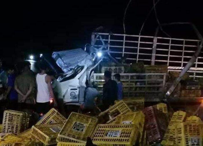 Ô tô tải chở gà bất ngờ lật trong đêm, 2 người chết